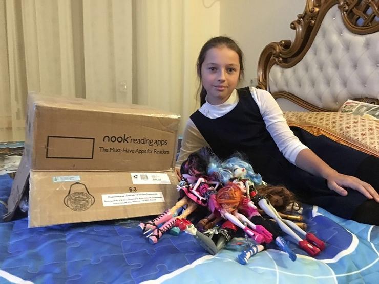 Джим Керри подарил на день рождения Анастасии Волочковой коробку кукол для её дочери