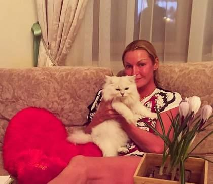 Анастасия Волочкова поделилась фото без накладных ресниц имакияжа