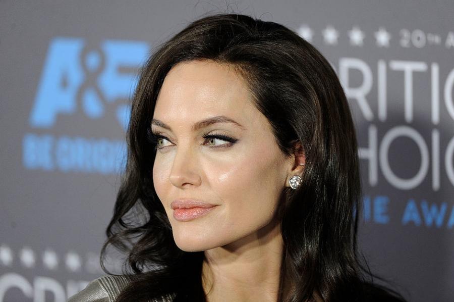 Из-за развода Анджелина Джоли перестала есть иначала курить