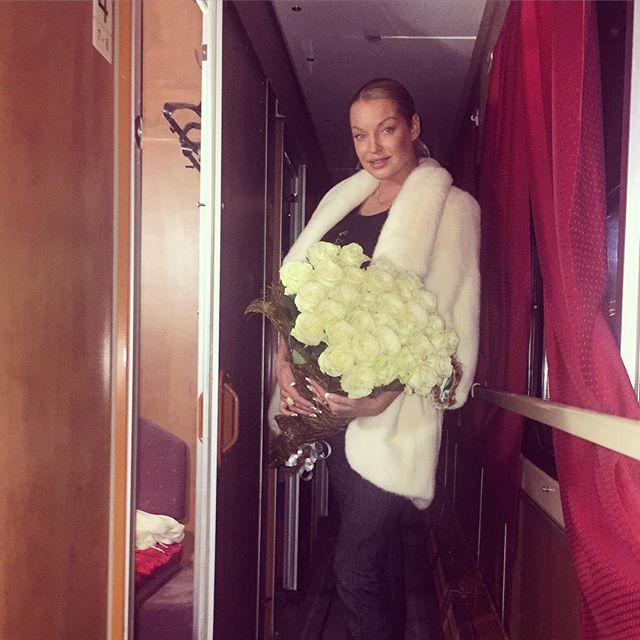 Анастасия Волочкова устроила праздник в поезде