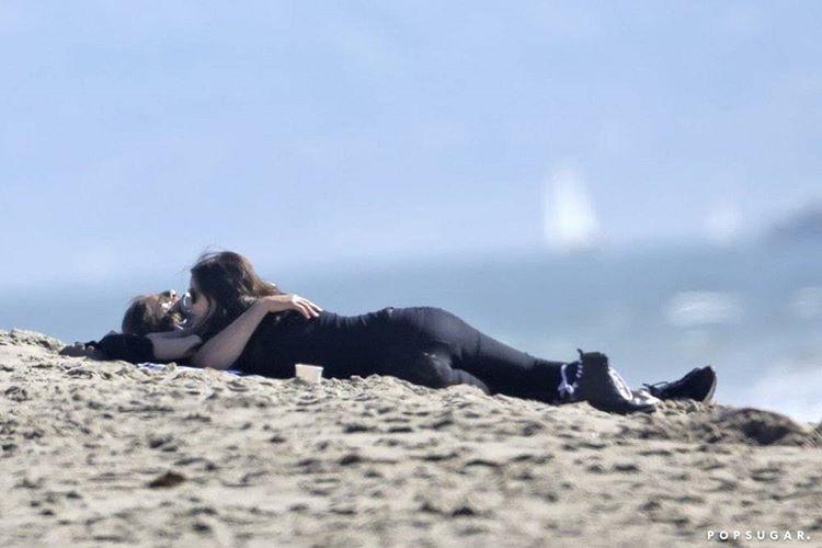 Ирина Шейк на береге показала беременный живот